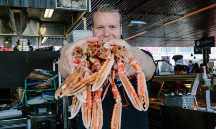 Mercado de peixe Fisketorget, em Bergen, Noruega Foto: Marius Fiskum / Divulgação