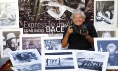 """Olhar interior. Edmundo Bacellar posa ao lado das fotografias e do cartaz da mostra """"Expressão da Alma"""" Foto: Marcelo de Jesus / Agência O Globo"""