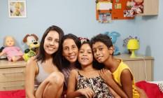 Mariana, Adriana, Júlia e Davi no quarto da menina mais nova: foi a irmã mais velha que sugeriu a adoção à mãe e seu marido Foto: Marcelo de Jesus / Agência O Globo
