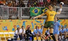 Jessica Quintino arremessa para o gol em jogo contra o Uruguai Foto: SERGIO DUTTI/EXEMPLUS/COB