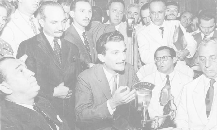 Celso Furtado discursa ao lado de Juscelino Kubitschek (à esquerda) Foto: Arquivo