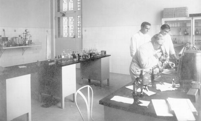 Oswaldo Cruz observa um microscópio em um dos laboratórios do Castelo de Manguinhos, em 1910 Foto: Acervo da Casa de Oswaldo Cruz