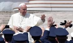 O Papa Francisco acena para soldados da Força Aérea italiana ao fim da celebração Foto: TIZIANA FABI / AFP