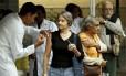 Agentes de saúde vacinam idosos no Centro Municipal de Saúde João Barros Barreto, em Copacabana