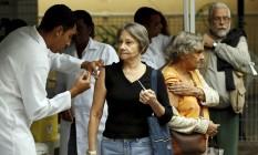 Agentes de saúde vacinam idosos no Centro Municipal de Saúde João Barros Barreto, em Copacabana Foto: Gabriel de Paiva / Agência O Globo