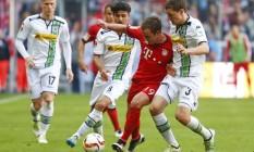 Götze é cercado pela marcação do Monchengladbach: Bayern tropeçou em casa e adiou o tetracampeonato alemão Foto: KAI PFAFFENBACH / REUTERS