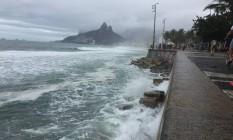 Areia da Praia do Arpoador desapareceu devido à ressaca que atinge a orla carioca Foto: Guilherme Ramalho / Agência O Globo