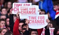 Torcedores do Arsenal protestam contra o treinador Arsène Wenger: 'É hora de mudar' Foto: BEN STANSALL / AFP