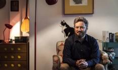 Bichano. Roberto Kaz posa com um dos seus gatos: testemunhas da História Foto: Divulgação/Hermes de Paula