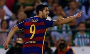 Luis Suarez aponta para Messi (fora da foto), autor do passe para o gol dele nos 2 a 0 do Barcelona sobre o Bétis Foto: MARCELO DEL POZO / REUTERS