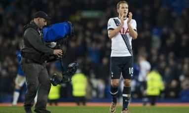 O britânico Harry Kane, do Tottenham, lidera a artilharia do Campeonato Inglês e é o que tem maiores chances de quebrar o encanto dos estrangeiros, que há 16 anos terminam no topo da artilharia da Premier League Foto: Jon Super / AP