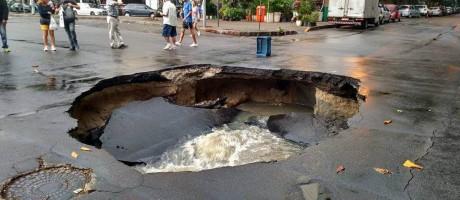 Cratera na Rua Gomes Carneiro, esquina com Teresa Aragão, em Ipanema Foto: Foto do leitor Lincoln Kennedy