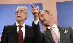 Os candidatos austríacos Alexander Van der Bellen (à dir.), dos Verdes, e Norbert Hofer, do Partido da Liberdade, chegam a um estúdio de TV durante campanha eleitoral, em 24 de abril Foto: HELMUT FOHRINGER / AFP