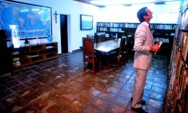 Collor procura livro na estante do pai Foto: 29-11-1992 / Orlando Brito