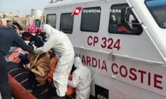 Imigrantes chegam na ilha italiana de Lampedusa após operação de resgate na costa líbia Foto: HO / AFP