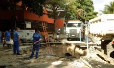 O trabalho para fechar cratera que se abriu em Ipanema Foto: Gabriel de Paiva / Agência O Globo