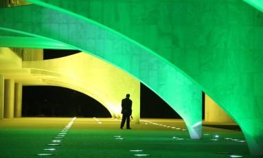 Palácio do Planalto com as cores verde e amarelo em comemoração aos 100 dias que faltam para as Olimpíadas do Rio de Janeiro Foto: Andre Coelho / Agência O Globo (27-04-2016)