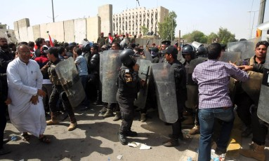 Forças de seguranças do Iraque tentam impedir passagem de manifestantes para a Zona Verde Foto: AHMAD AL-RUBAYE / AFP