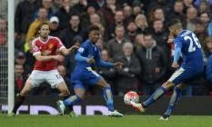 O argelino Mahrez (26), um dos principais jogadores do Leicester, chuta a gol no empate em 1 a 1 com o Manchester United em Old Trafford Foto: OLI SCARFF / AFP