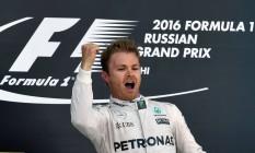 Nico Rosberg, impossível de ser alvançado, festeja a vitória no GP da Rússia. Desde o fim da temporada passada são sete triunfos seguidos na Fórmula-1 Foto: YURI KADOBNOV / AFP
