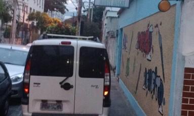 Veículo estacionado na calçada impede passagem de pedestres Foto: Eu-Repórter / Leitor Claudio Costa