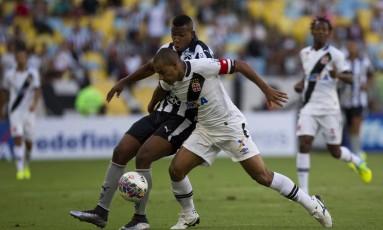 Ribamar e Rodrigo disputam o lance na final do Campeonato Carioca entre Botafogo e Vasco Foto: Guito Moreto / Agência O Globo