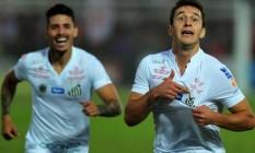 Ronaldo Mendes aponta o escudo do Santos na comemoração do golaço que marcou no empate em 1 a 1 com o Audax, em Osasco, no primeiro jogo da final do Paulista Foto: Ivan Storti / Santos FC