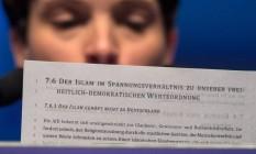 """Frauke Petry, líder do Alternativa para a Alemanha, lê documento escrito """"O Islã não é parte da Alemanha"""" Foto: MARIJAN MURAT / AFP"""