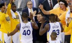 Mesmo lesionado, Curry acompanha do banco de reservas e vibra com vitória do Golden State Warriors sobre o Portland, pela semifinal da Conferência Oeste Foto: EZRA SHAW / AFP