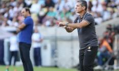 Jorginho gesticula para um dos seus jogadores à beira do campo: vitória do Vasco sobre o Botafogo no primeiro jogo da final do Carioca Foto: Guilherme Pinto / Agência O Globo