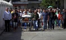 O taxista Carlos Alberto Gomes é enterrado em Niterói Foto: Urbano Erbiste / Urbano Erbiste
