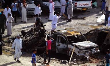 Iraquianos observam danos em uma rua da cidade de Samawah após ataque suicida reivindicado pelo Estado Islâmico Foto: HAIDAR HAMDANI / AFP