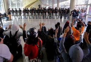Alunos protestam contra a entrada da Tropa de Choque no ETEC Paula Souza Foto: Pedro Kirilos / Agência O Globo