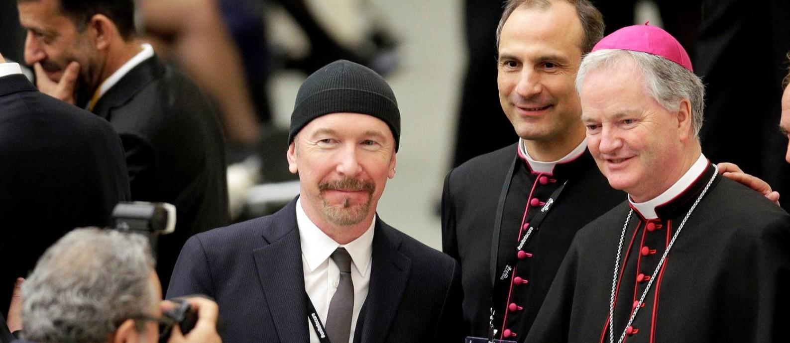 455f157bc The Edge, guitarrista do U2, ao lado do bispo irlandês Paul Tighe, no