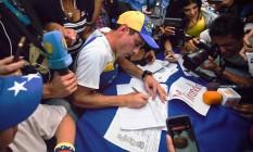 Líder opositor Henrique Capriles assina petição em favor de referenfo revogatório para encurtar mandato de Nicolás Maduro Foto: JUAN BARRETO / AFP