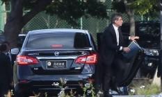 O senador Romero Jucá (PMDB-RR) chega ao Palácio do Jaburu para reunião com o vice-presidente, Michel Temer Foto: André Coelho / Agência O Globo