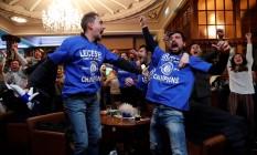 Torcedores enlouquecem de euforia em pub em Leicester, a 165 km de Londres, de onde acompanharam o empate entre Chelsea e Tottenham que deu o inédito título de campeão inglês ao time da cidade Foto: Eddie Keogh / REUTERS
