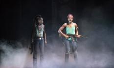 """Lupita Nyong'o (à direita) e Zainab Jahem cena de """"Eclipsed"""", peça é um relato das três esposas de um líder guerrilheiro da Libéria Foto: SARA KRULWICH / NYT"""