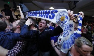 Festa nas ruas de Leicester após o empate entre Chelsea e Tottenham, que garantiu o título inglês ao time da cidade Foto: Eddie Keogh / REUTERS