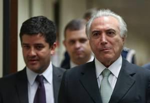 O vice-presidente Michel Temer, acompanhado por assessores e seguranças Foto: André Coelho / Agência O Globo / Arquivo 25-04-2016