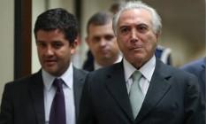O vice-presidente Michel Temer, acompanhado por assessores e seguranças Foto: ANDRE COELHO / Agência O Globo / Arquivo 25-04-2016