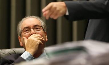 O presidente da Câmara, Eduardo Cunha (PMDB-RJ), tapa a boca durante sessão Foto: Ailton Freitas / Agência O Globo / 28-4-2016
