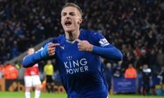 Jamie Vardy ficou de fora dos dois últimpos jogos do Leicester, por suspensão. Os colegas se reuniram na casa dele para ver pela TV o empate entre Chelsea e Tottenham que garantiu à equipe o título de campeão inglês Foto: OLI SCARFF / AFP