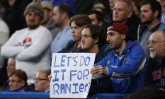 Torcedor do Chelsea exibe cartaz no jogo contra o Tottenham, em Stamford Bridge, incentivando o time a ajudar o Leicester a ser campeão: 'Vamos fazer isso por Ranieri' Foto: John Sibley / REUTERS