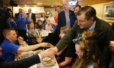 Correndo atrás. O senador Ted Cruz cumprimenta um eleitor no Bravo Cafe em Osceola, Indiana; campo republicano terá embate importante hoje na definição da corrida eleitoral Foto: JOE RAEDLE / Joe Raedle/AFP