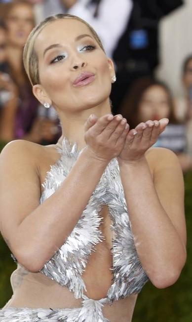 """Depois do """"carão"""", vem o beijinho: Rita Ora faz graça depois de passar pelo tapete vermelho EDUARDO MUNOZ / REUTERS"""