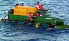 Desespero. Cubanos tentam chegar à Flórida numa embarcação improvisad Foto: Reuters/20-7-2003