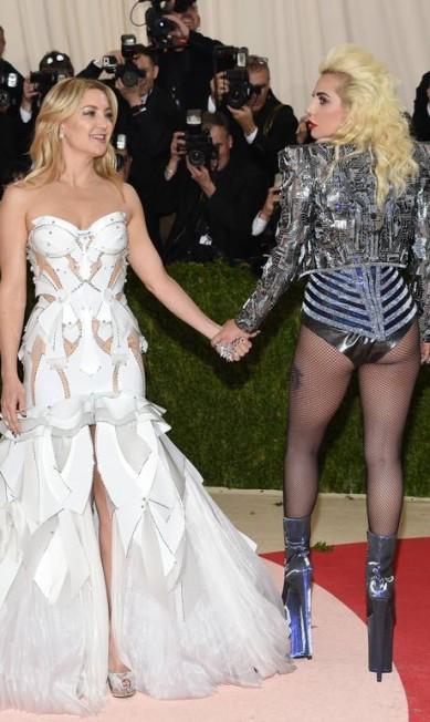 Kate Hudson e Lady Gaga de mãos dadas Evan Agostini / Evan Agostini/Invision/AP