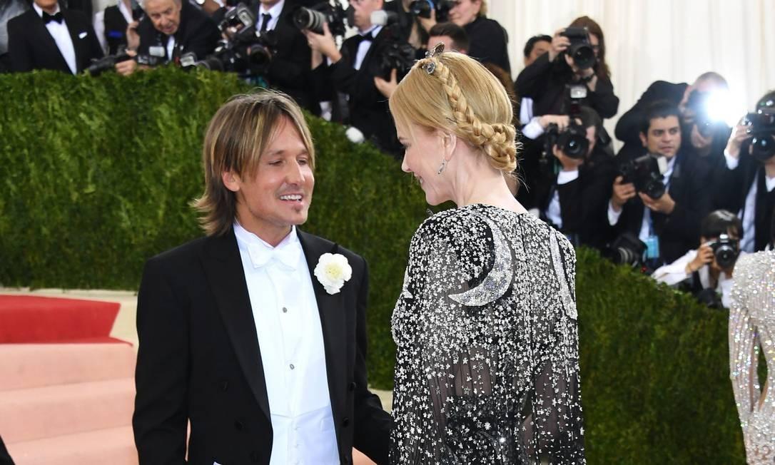O casal Keith Urban e Nicole Kidman batem papo antes de chegar ao museu - e sem estar nem aí para os flashes Larry Busacca / AFP