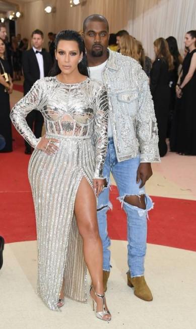 Enquanto Kanye West preferiu o jeans rasgado e jaqueta, Kim optou por um look brilhante que quase ofuscou suas joias. Aneis e brincos, desenhados por Lorraine Schwartz, deram o toque final na produção Larry Busacca / AFP